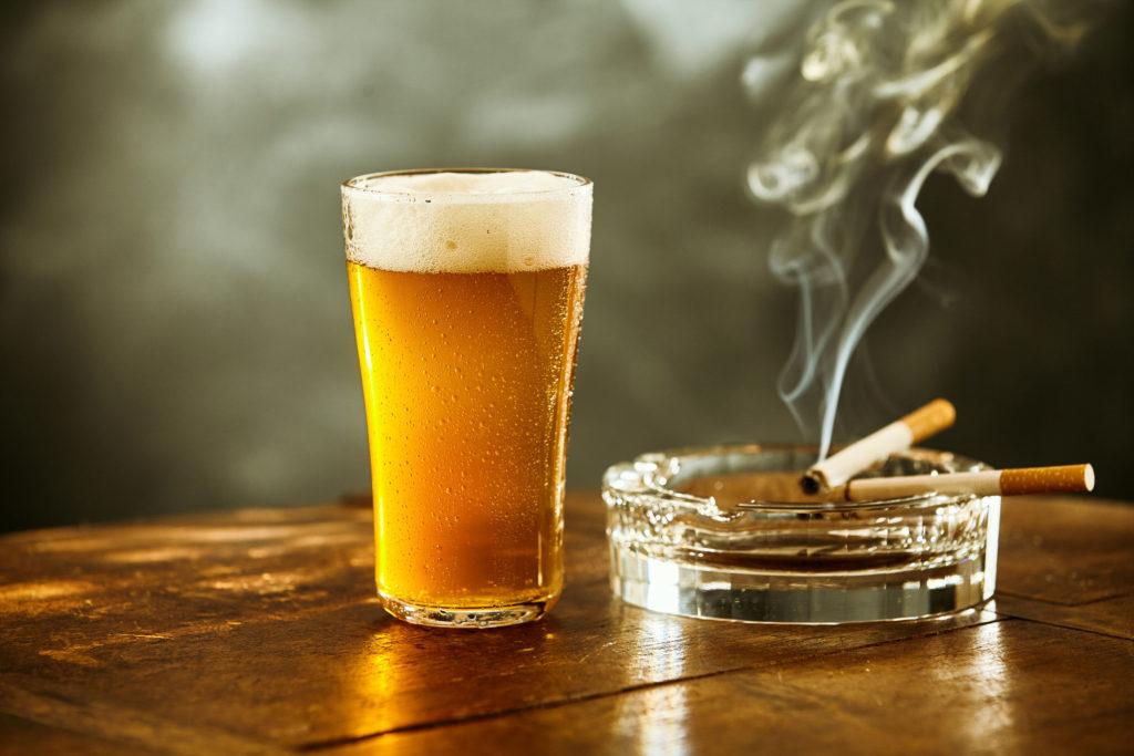 吸煙+飲酒致癌風險更高 。