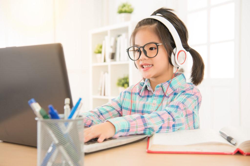 很多學生在停課期間每日使用電子產品的時間,由1.5小時,增加至4小時