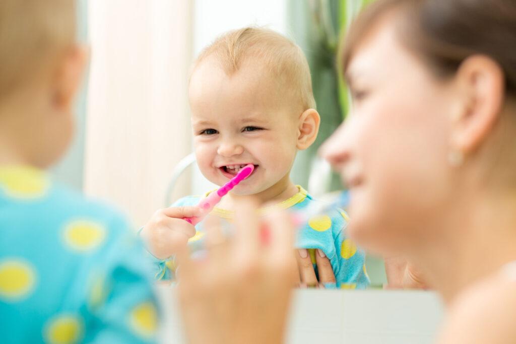 家長應從小就培養孩子正確護齒的方法。