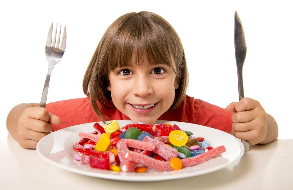 哈佛大學有研究發現愛吃甜食、喝汽水的孩子,在智力測驗、口語表達能力,特別是詞彙數量上的表現中的得分遠遠低於愛吃水果的孩子。