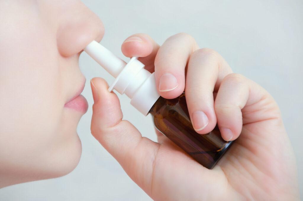 部份的去充血鼻噴劑,它可令鼻粘膜內毛細血管收縮,鼻甲縮小,雖能減緩鼻塞,但若長期使用,停用後反而更塞。