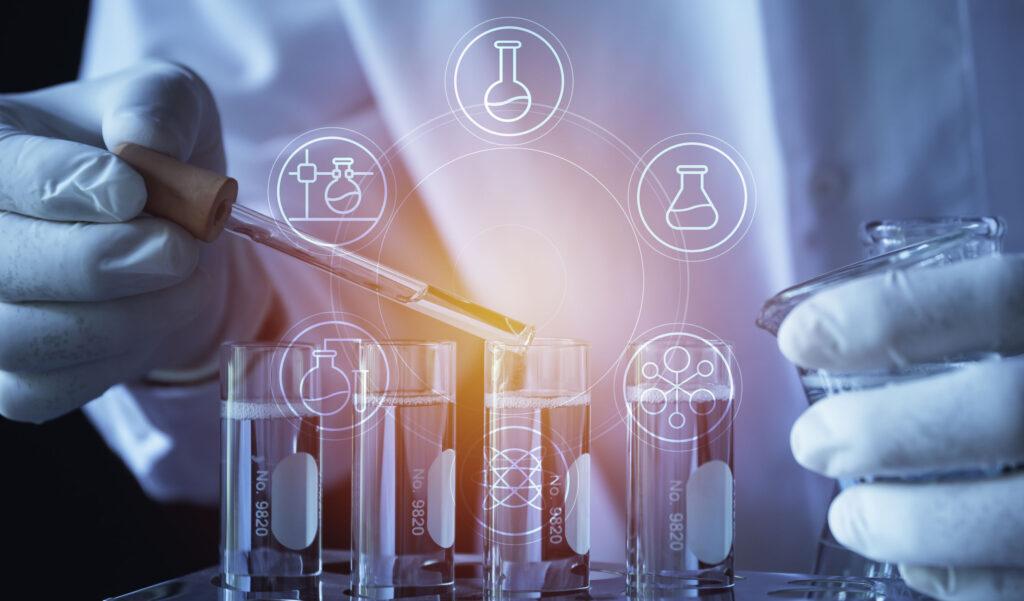 核糖核酸測試靈敏度較高,能較準確找出確診者,本港多間醫院、診所等機構都有提供深喉唾液化驗服務