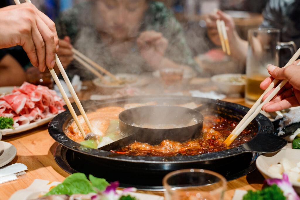 香港人最愛食火鍋,要留意不要習慣進食太滾熱的食物,灼傷喉部,引致發炎。