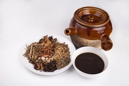 常見嘅涼茶有廿四味、五花茶、雪梨茶、感冒茶等等。
