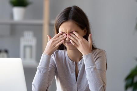 乾眼症初期會令患者感覺眼澀、眼紅、有異物感,視力時清時矇 。