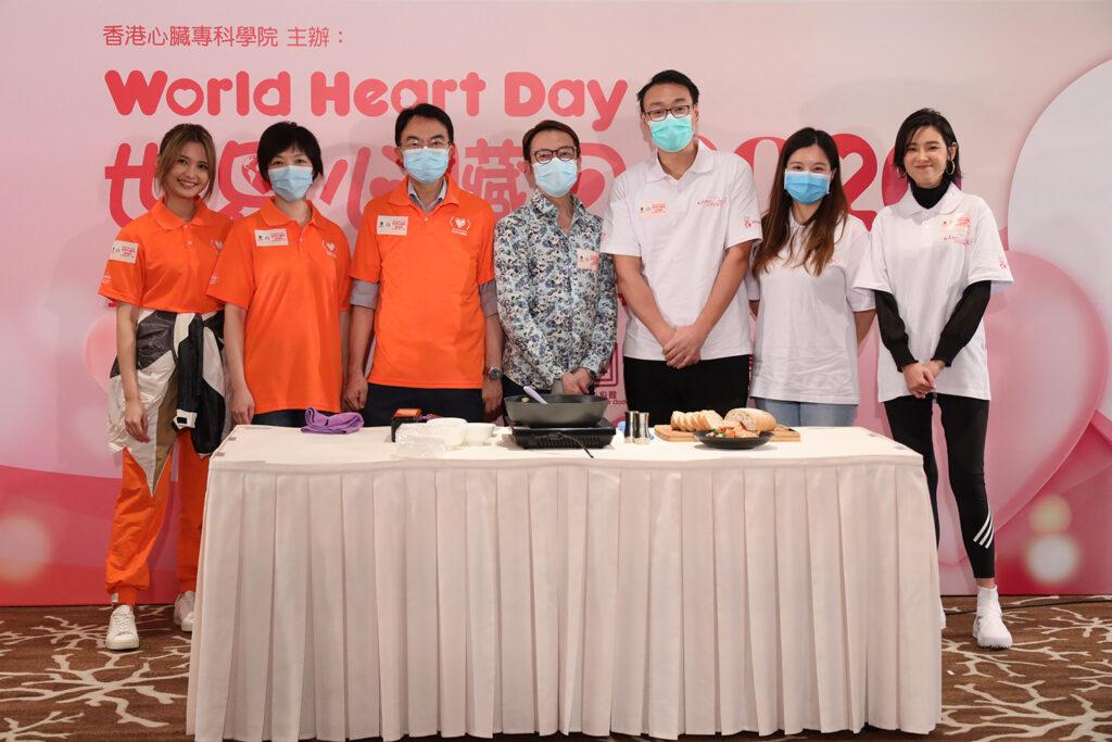 「世界心臟日2020愛心星級名廚」張錦祥先生即席示範護心食譜《西班牙蒜片蝦》。
