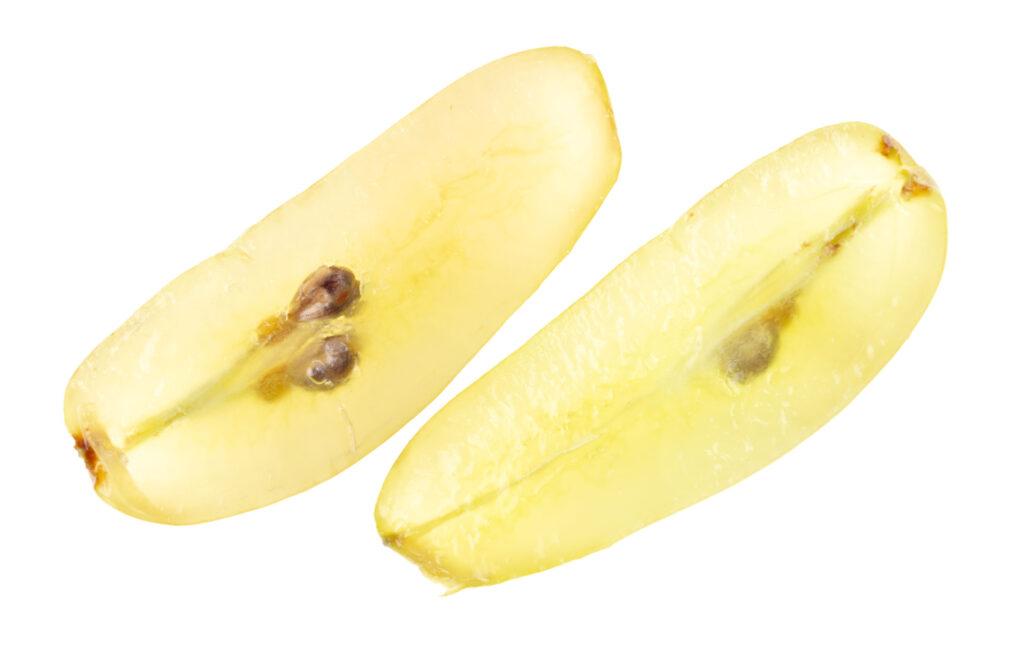 細圓形水果如提子、車厘茄等最好左右分切成3小份(呈長條形)給孩子進食。