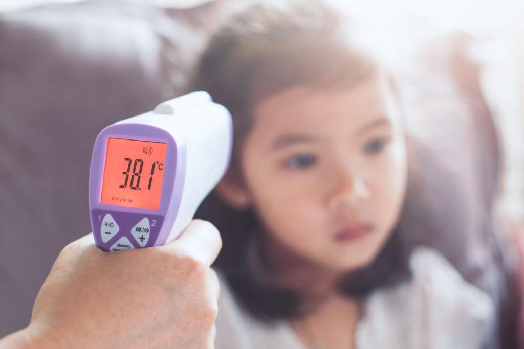 冬天較多人感染呼吸道病毒,初期病徵都會有發燒、頭痛。
