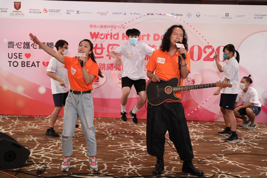 太極樂隊成員Joey Tang及體操天使黃曉盈小姐率領4位跳繩強心推廣大使演繹「跳繩強心」20週年主題曲。