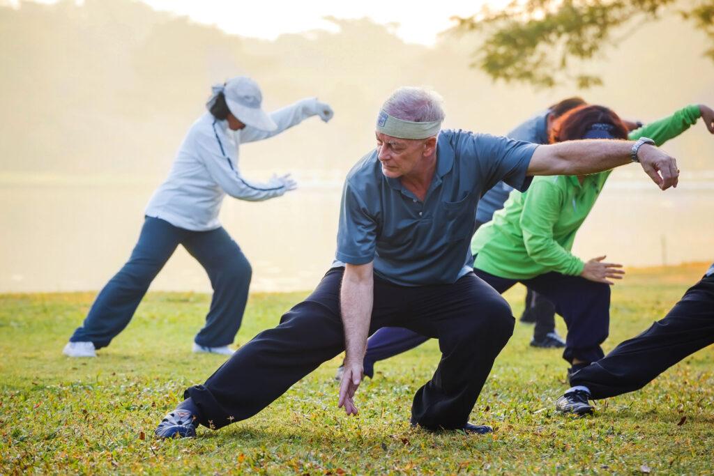 太極的動作講求鬆、柔、靜、慢,還結合了氣功的吐納法,讓神經得到全面放鬆,情緒因而變得平穩祥和,是少數能養身養心的運動。