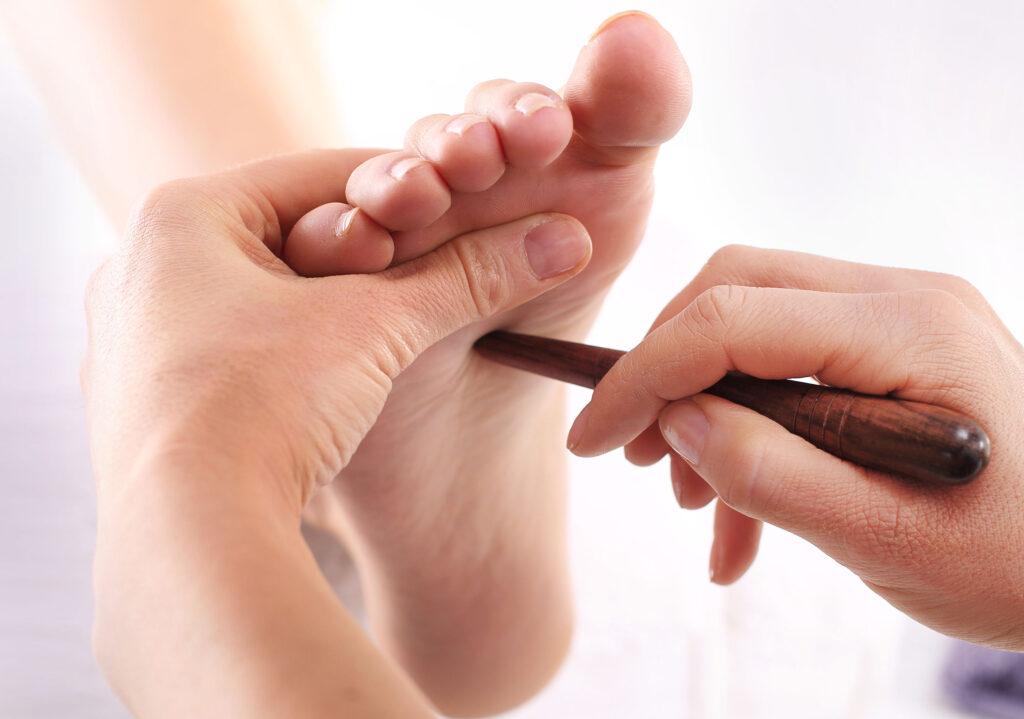 湧泉穴位於足前部凹陷處,第2、3趾趾與足跟連線的前1/3處,乃是腎經的首穴,也是人體長壽要穴。