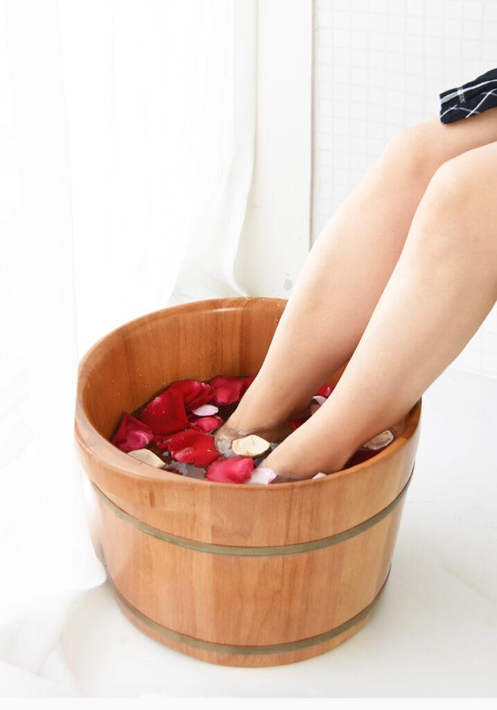 泡腳可以養生,但糖尿病的病患要注意水溫,心臟病、低血壓、有心血管疾病的人也要當心泡腳會帶來的暈厥感。