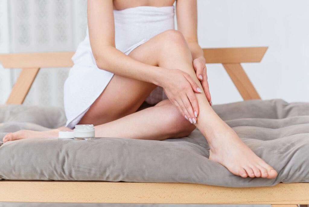 用潤膚霜保持皮膚濕潤,都有助把靜電帶走。