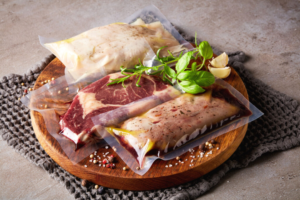先把肉類醃好,抽真空放入雪櫃是既衛生又可節省時間、空間的做法。