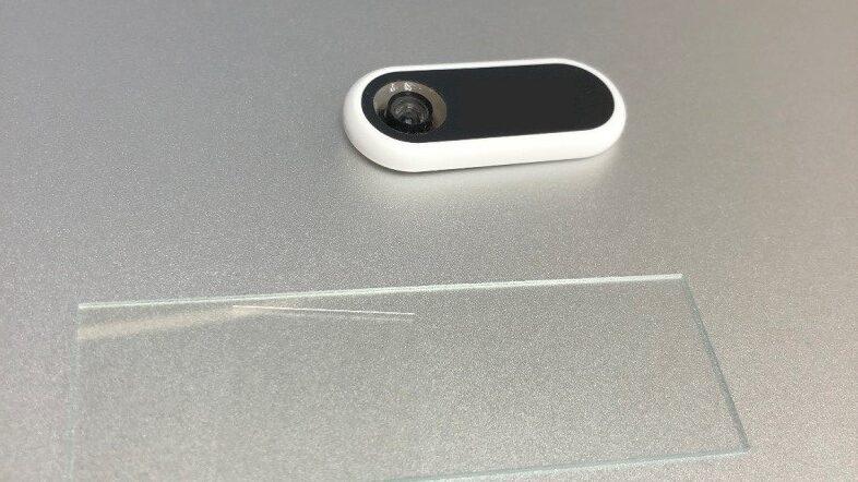 利用迷你的顯微鏡放到手機的鏡頭上,能夠即時看到蟎蟲,更可以拍下「證據」,讓蟎蟲無所遁形。