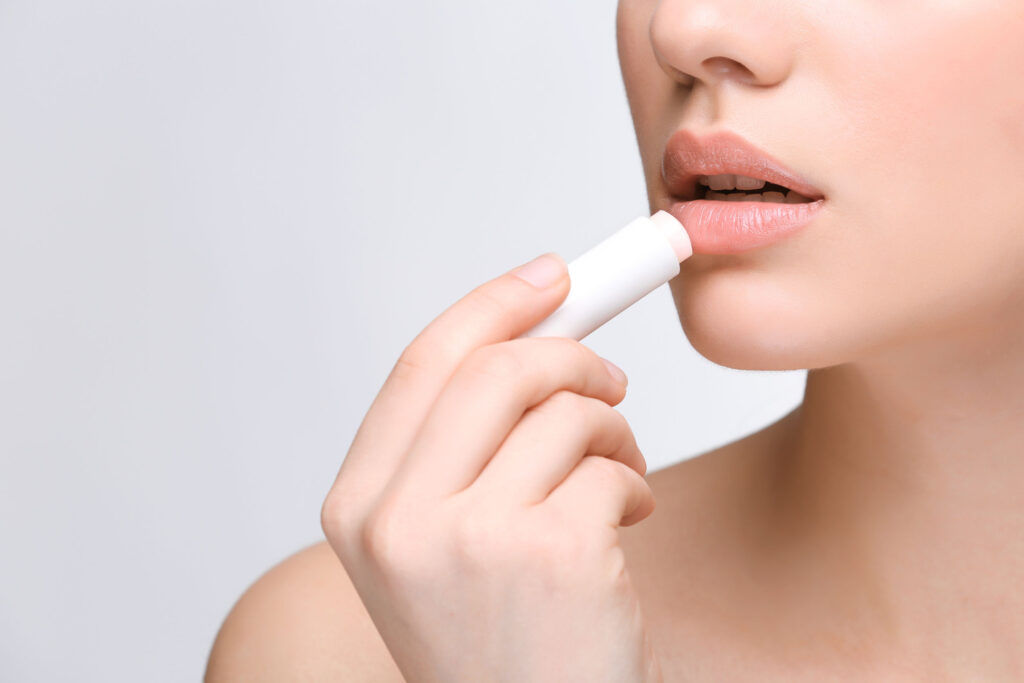 要立即滋潤雙唇塗潤唇膏是最直接,但不要以為塗得愈厚就是愈好,薄薄一層、定時補塗就足夠。