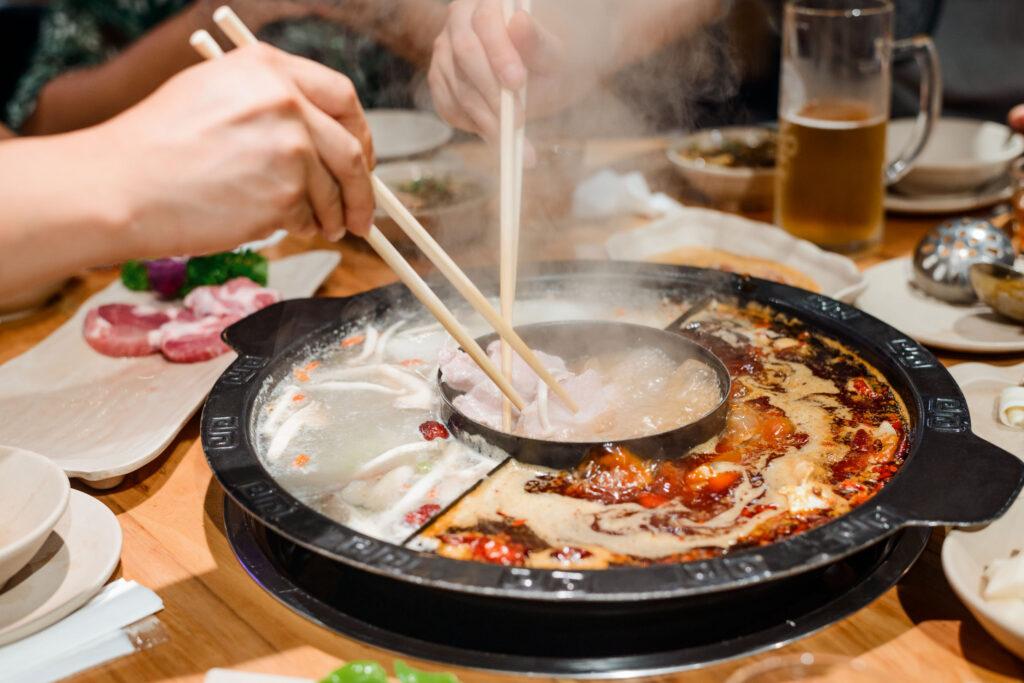 常見的熱門火鍋食材均屬高嘌呤的海鮮、肉類及滋補湯底等,打邊爐除咗高脂高納,仲係痛風元凶!