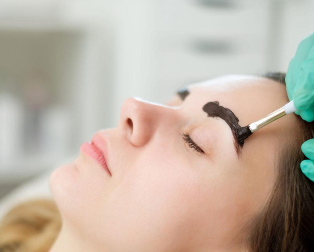 除了染髮外,不少人喜歡用海娜染粉爲眉毛染色。