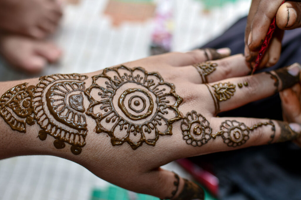 Henna彩繪源於印度傳統婚禮,在新娘身上繪畫曼陀羅圖騰,有祝福之意。海娜彩繪大約能夠維持1-2週,慢慢淡化以後會隨著角質層脫落。