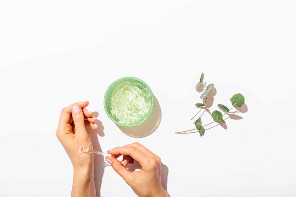曬後常用的蘆薈啫喱,要選擇透明不加色素。