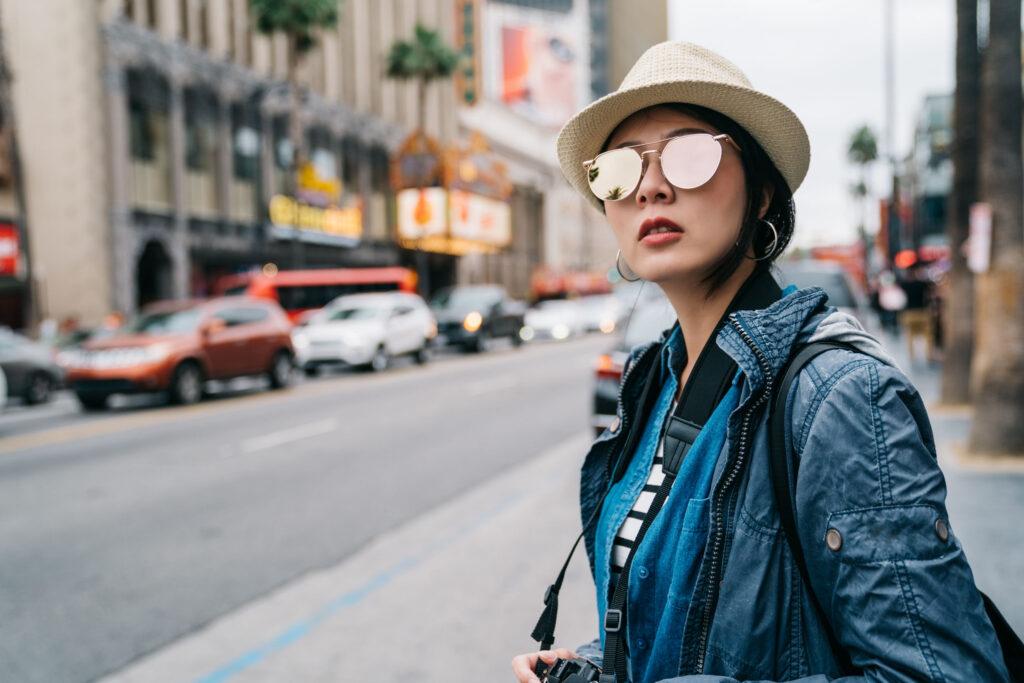 佩戴太陽眼鏡能減少光線進入眼睛,舒緩畏光引發的不適感。