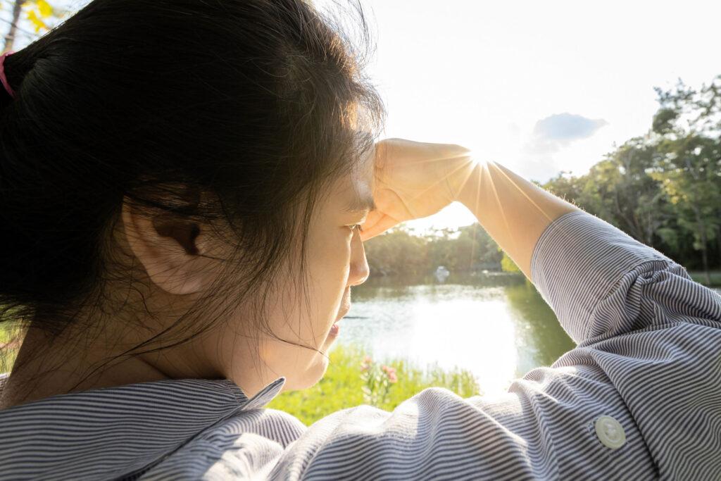 畏光其中一個表現,是在正常光線下,眼睛出現刺痛、流眼水、或要瞇眼來迴避光線等情況。