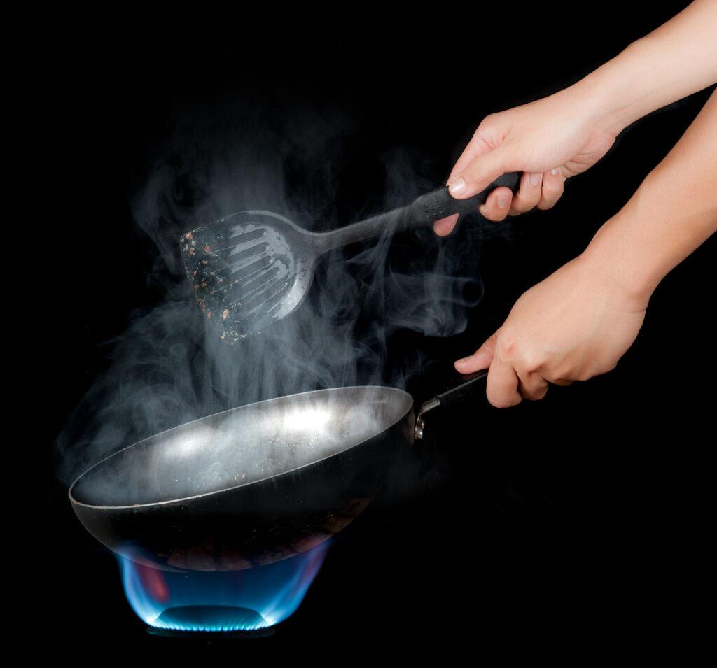 食油的冒煙點(Smoke Point)是指到達特定溫度,就會降解並釋放有害自由基。
