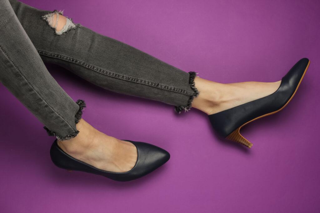 甲溝炎其中一個成因是鞋頭太窄,腳趾長期受擠壓,令趾甲往內生長。