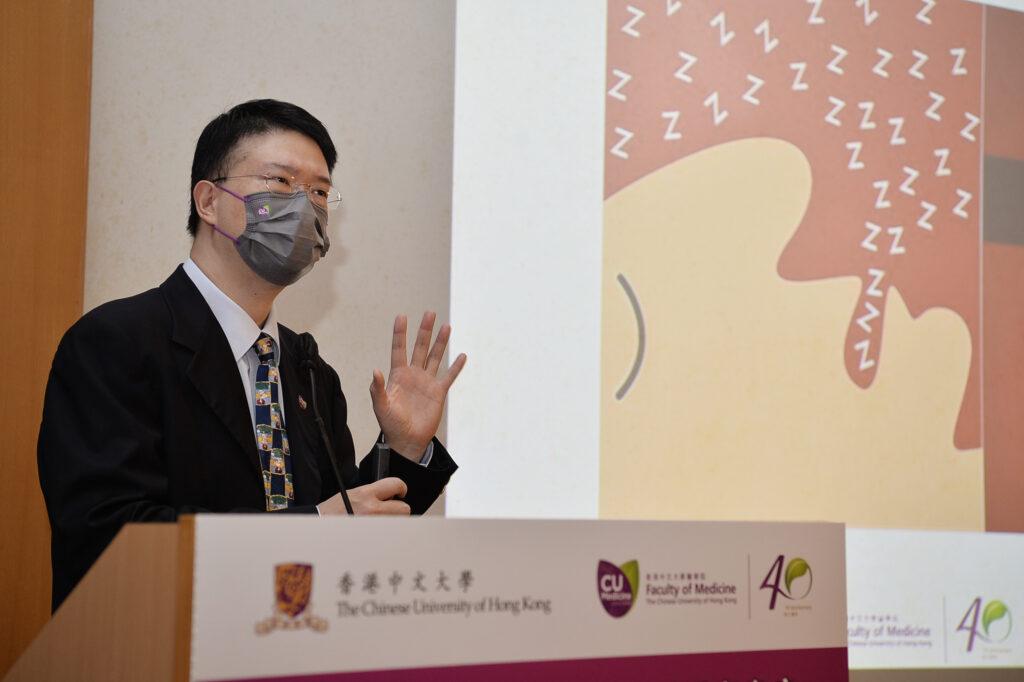 李民瞻教授解釋,打鼻鼾、夜汗、睡眠時張開口呼吸都是常見的睡眠窒息症狀,其他症狀包括日間專注力不足、渴睡、過度活躍及行為問題。